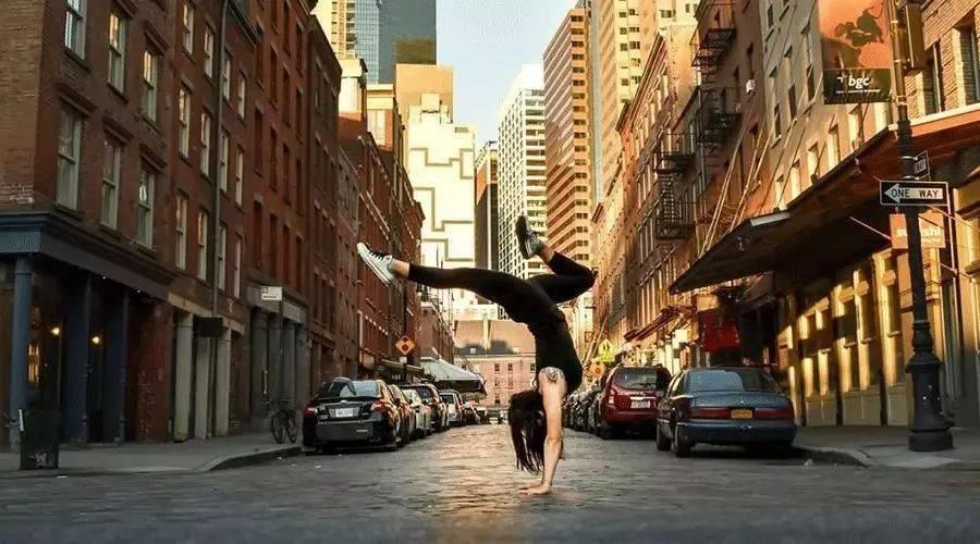 """8分钟学会""""瑜伽倒立"""",瘦身养颜抗衰老,这才是女人最高级的保养!"""