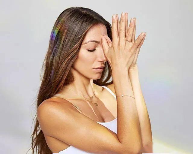 这 6 个堪称皱纹杀手的瑜伽体式,每天都应该练一遍!