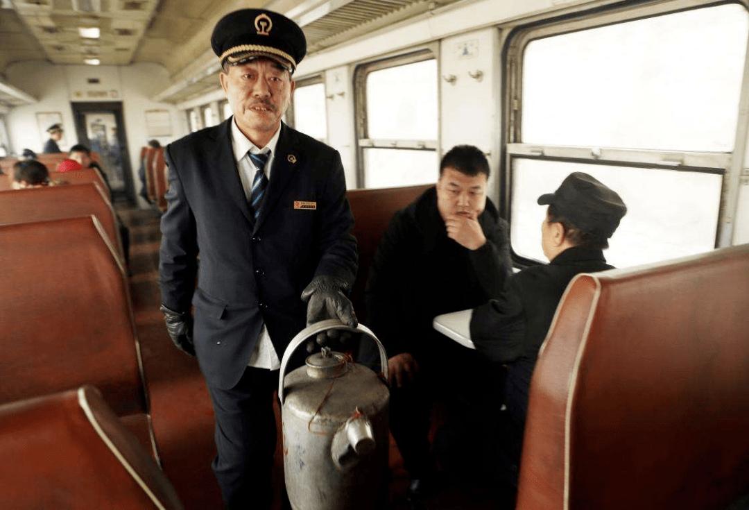 """""""您好旅客,请出示下您的车票。"""""""