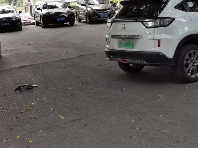 9岁男孩骑车与汽车相撞,就在小区内!