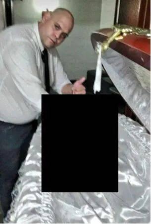 殡仪馆工作人员与马拉多纳遗体自拍,解雇后收到死亡威胁