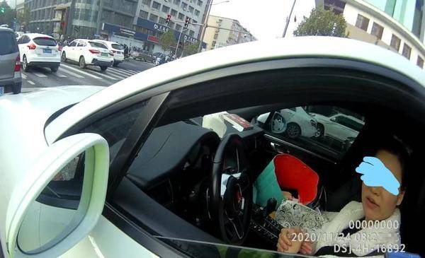 女子乱变道被罚还网上骂交警 被行政拘留5日