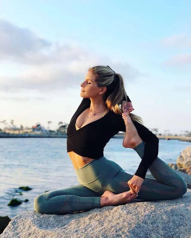 想要开肩?从这6个简单的瑜伽体式开始,超级有效!_双手