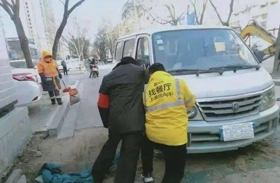 """郑州丨令人哭笑不得!前车刚解困后车又陷入,一横穿马路的基坑连""""坑""""两车!"""