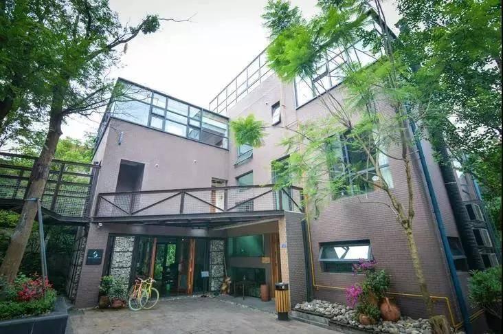 青城山这座有情怀格调温泉民宿,180°全景落地窗丨碧屋慢生活