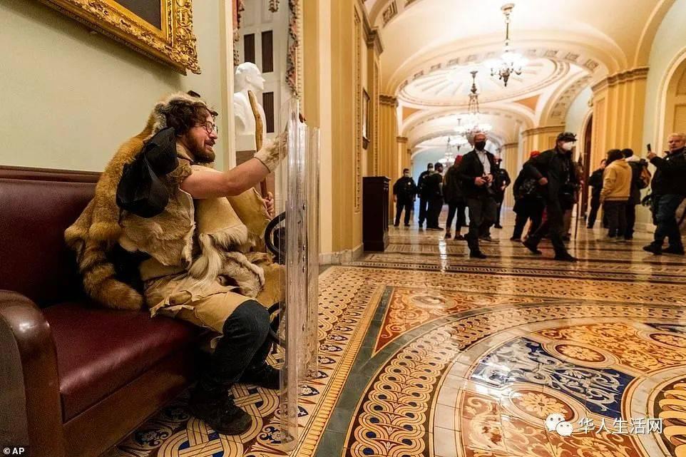 进入国会山,开始拍照,发推,还有人顺走了众院议长讲台,网上拍卖