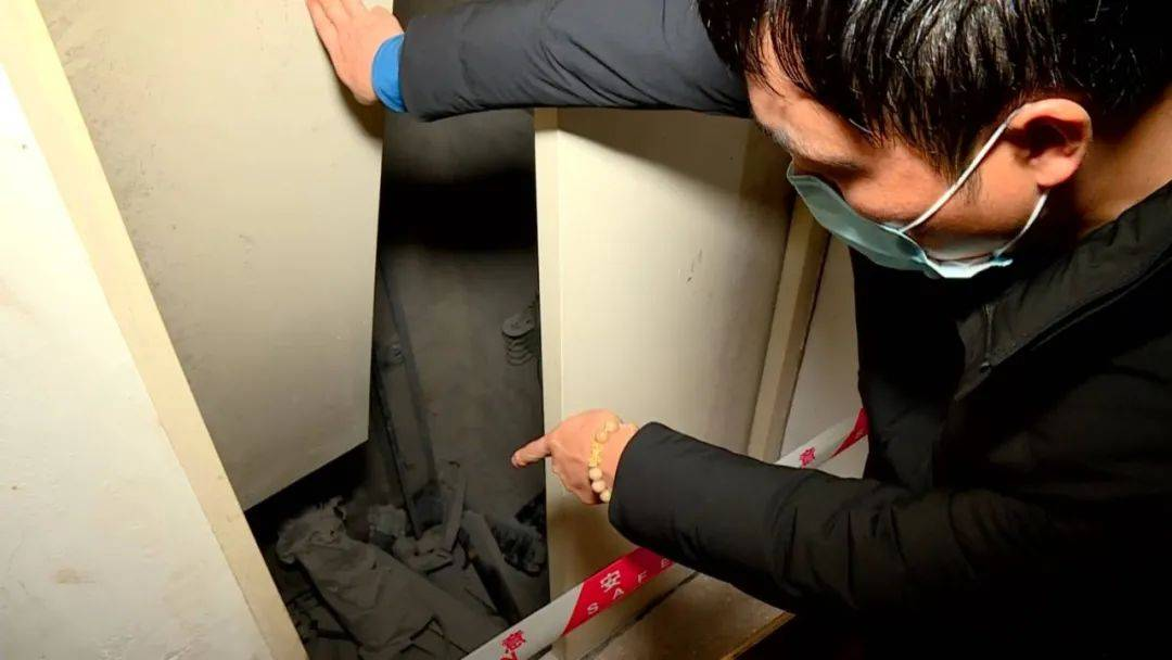 吓人!南宁一小区电梯从14楼坠落到负2楼,5楼以下电梯门全部变形