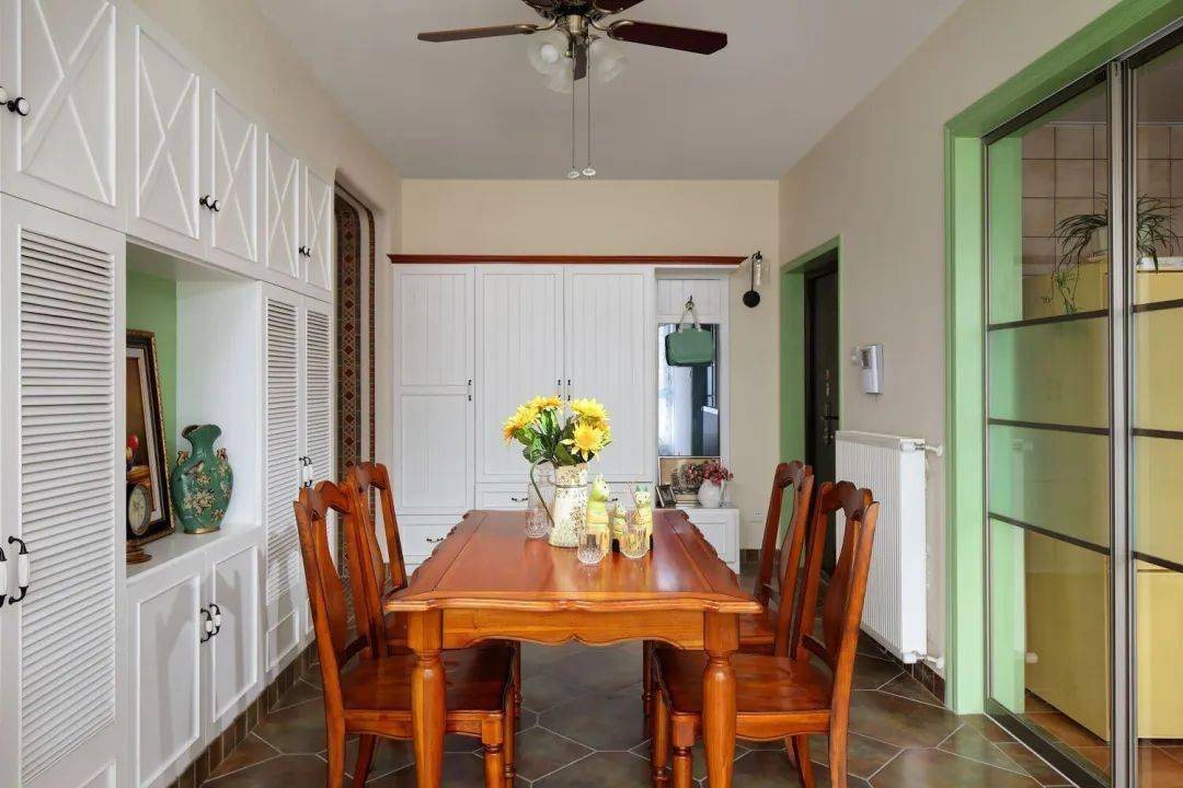 美式风装修的大户型,全屋颜色搭配非常漂亮,尤其是抹茶绿的设计