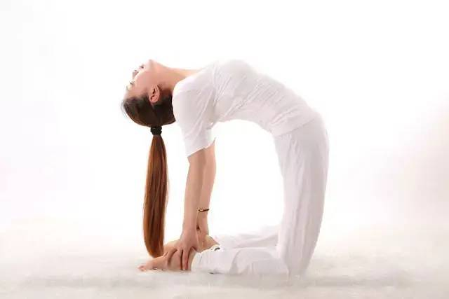 如何在瑜伽后弯体式中保护好腰椎
