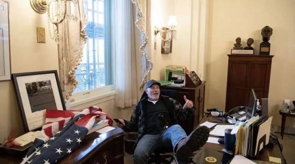 """坐佩洛西椅子上""""摆拍""""的男子,被抓了"""