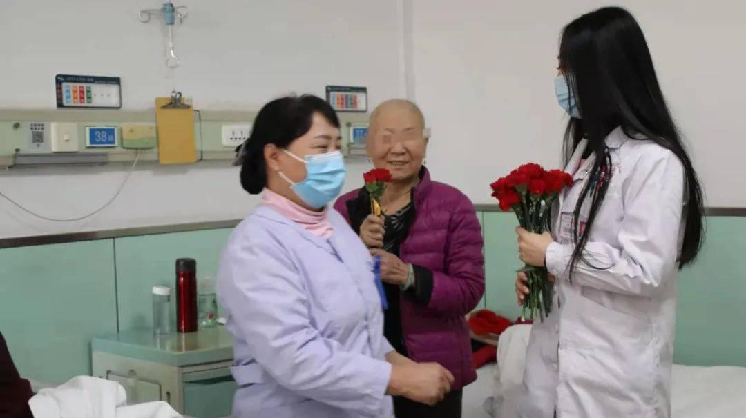 山医大二院肿瘤科上演爆款电影现实版——病房里,医生给病人送上一朵小红花  第7张
