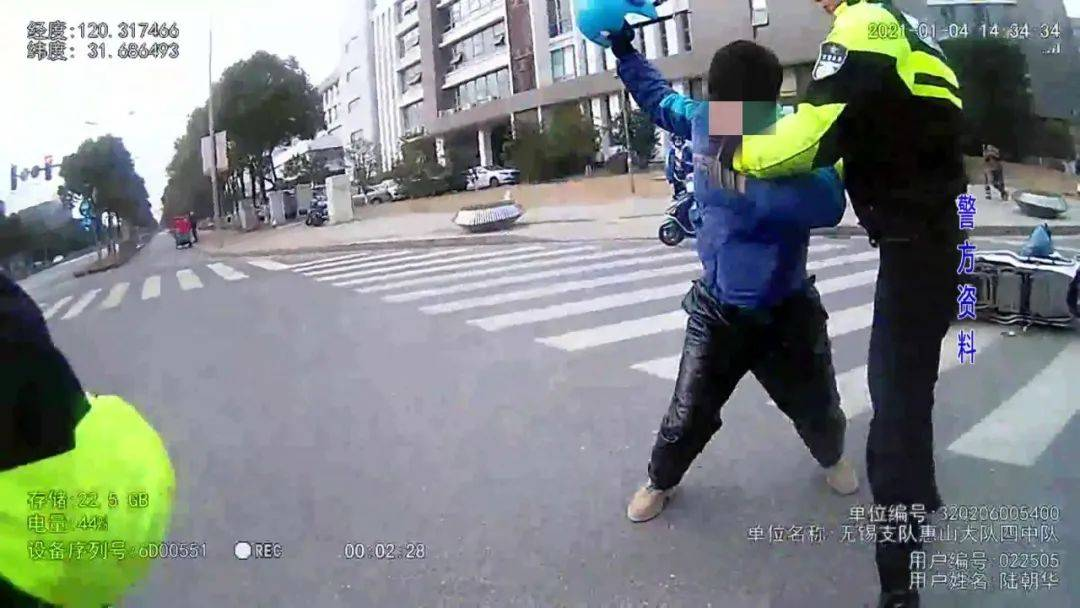 猖狂!交通违法后,无锡一外卖小哥拿起头盔抡向交警...