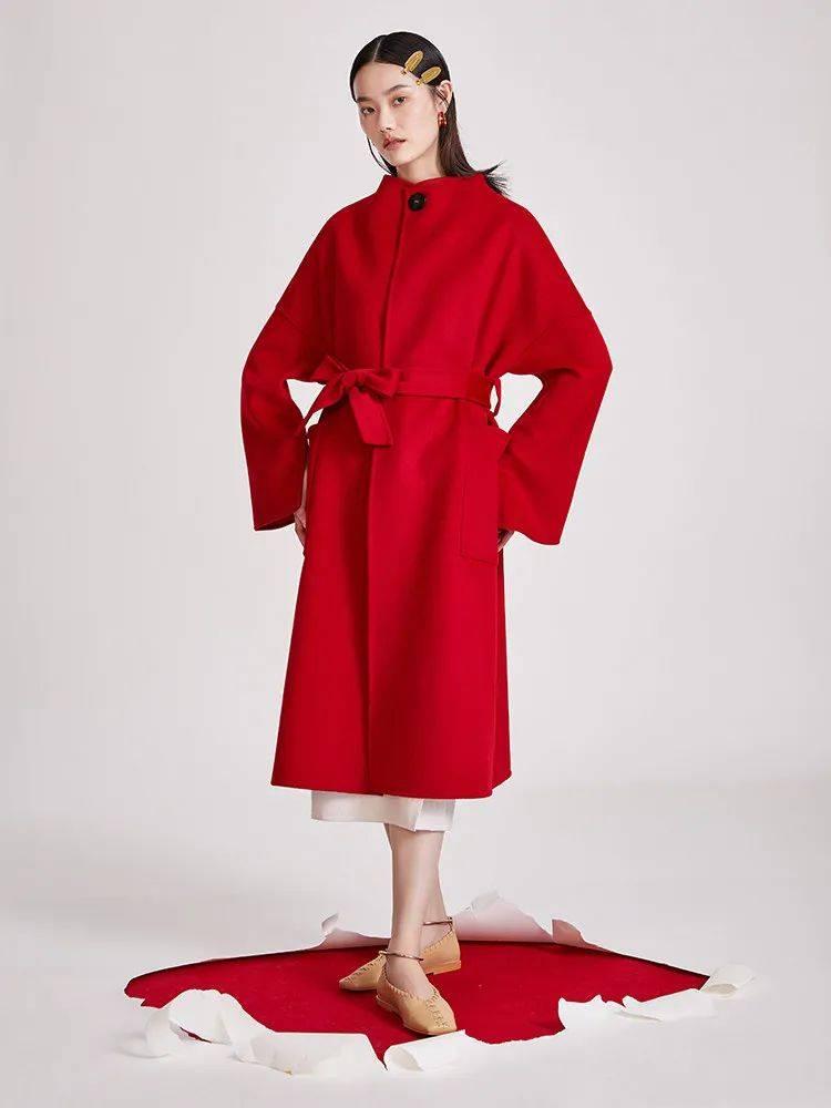 李沁穿红色也太绝了吧,连衣裙搭配黑色手套复古又时髦!