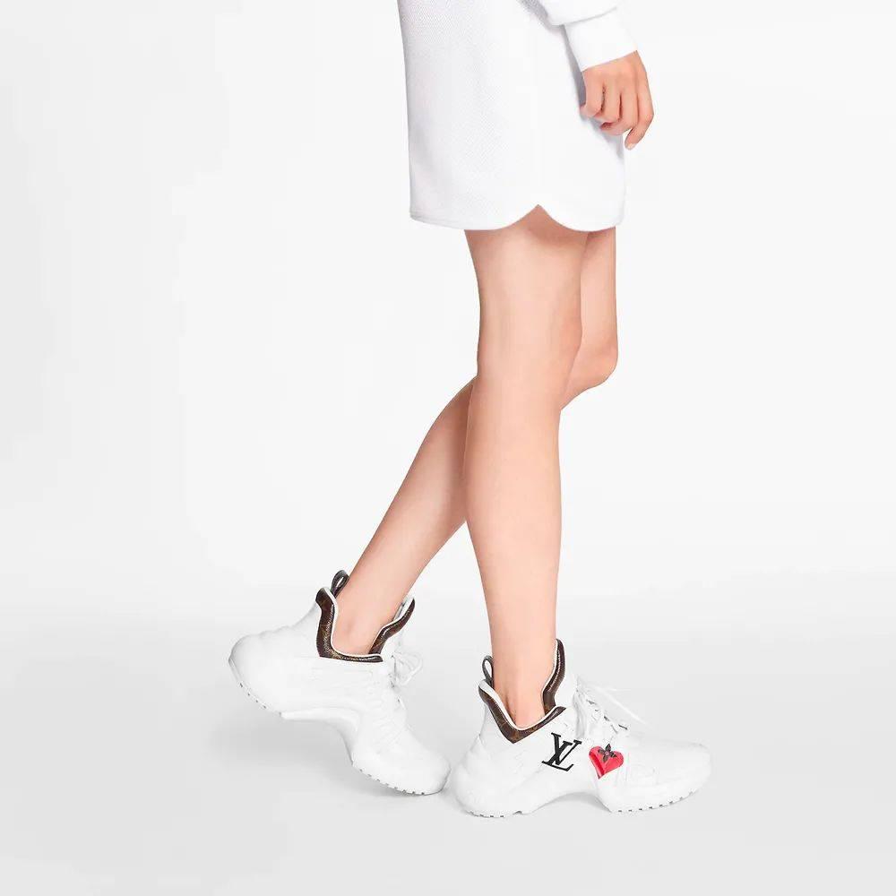腿控福利!欧阳娜娜买了好几双!这双 LV 简直是长腿制造机!