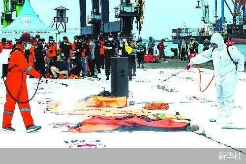 印尼打捞起失事客机部分遇难者遗体
