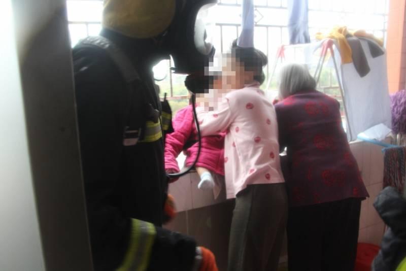 深圳一住宅起火,老人妇女幼童被困呼救,起火物品在冬天常见