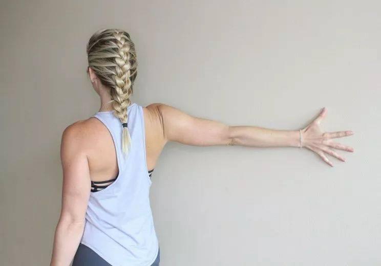 肩颈疼痛不适?每天这样靠墙拉伸几分钟就对了!(收藏级)_贴墙