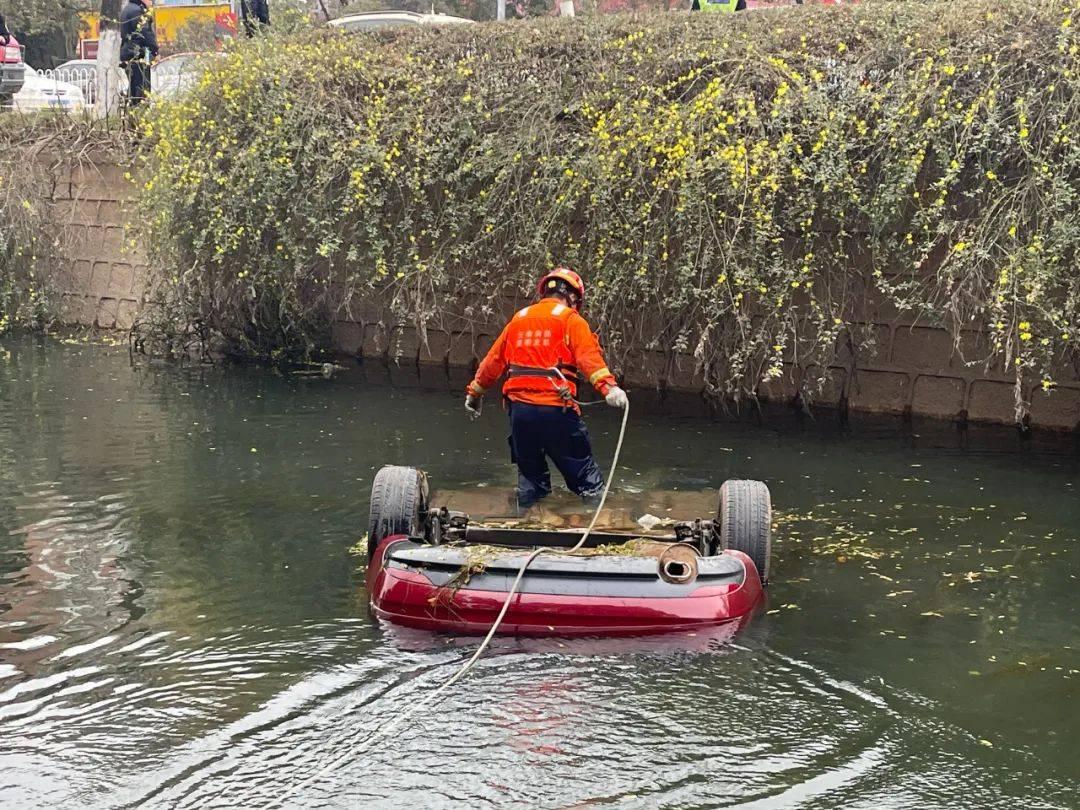 昆明:红色轿车坠入明通河一夜,车内1名被困人员被救上来时已经......