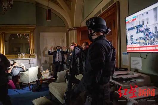 """美媒:国会大厦被""""占领""""数小时,特朗普忙着看直播发推特"""