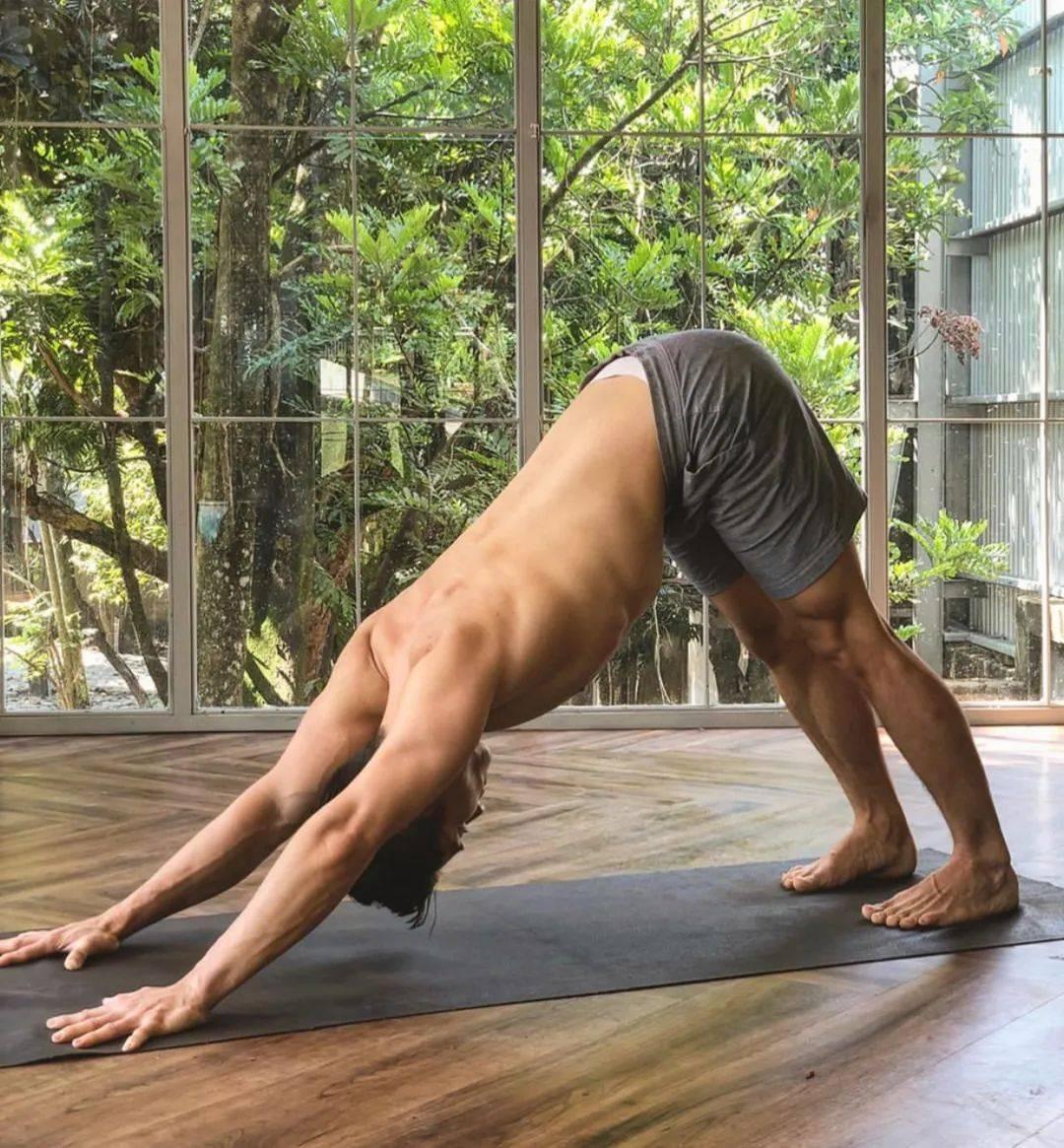 自律练瑜伽的男人,到底有多帅!_体式