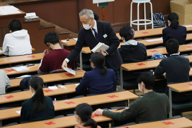 """53万日本学生佩戴口罩报名参加""""今年高考"""""""