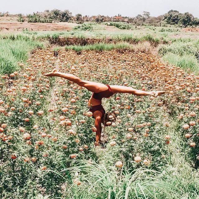 这个人做起瑜伽倒立,感觉超级轻松..._内心