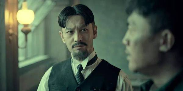 《八佰》刘晓庆摔得额头肿大包,黄晓明台词犀利大胆颠覆
