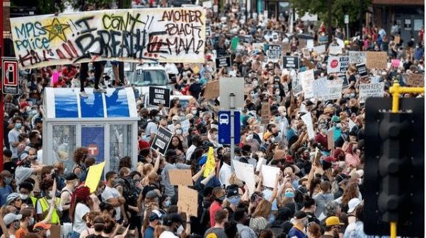 美國警方用爆震彈驅散抗議者