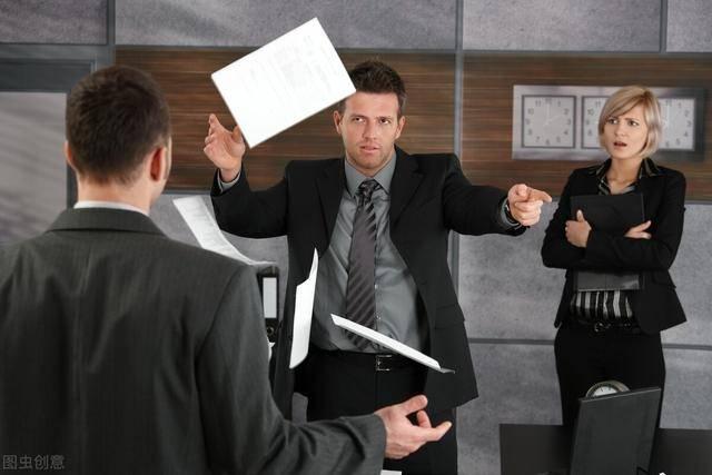 在背后说了上司的坏话,也是被他听见了,那么他会刁难自己吗?