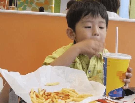 """我国53万儿童性早熟 这些食物是""""元凶"""" 你可能正在给娃囤"""