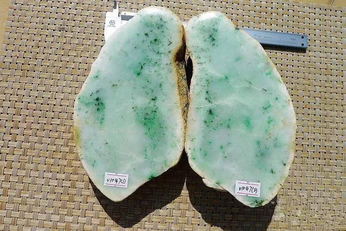 小伙花9800拿下的翡翠原石,一刀切出满绿飘花,成品送女朋友!