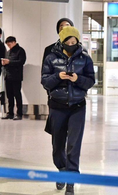 徐静蕾穿羽绒服走机场 气色憔悴又干瘦 46岁就有老年人的样子!-家庭网