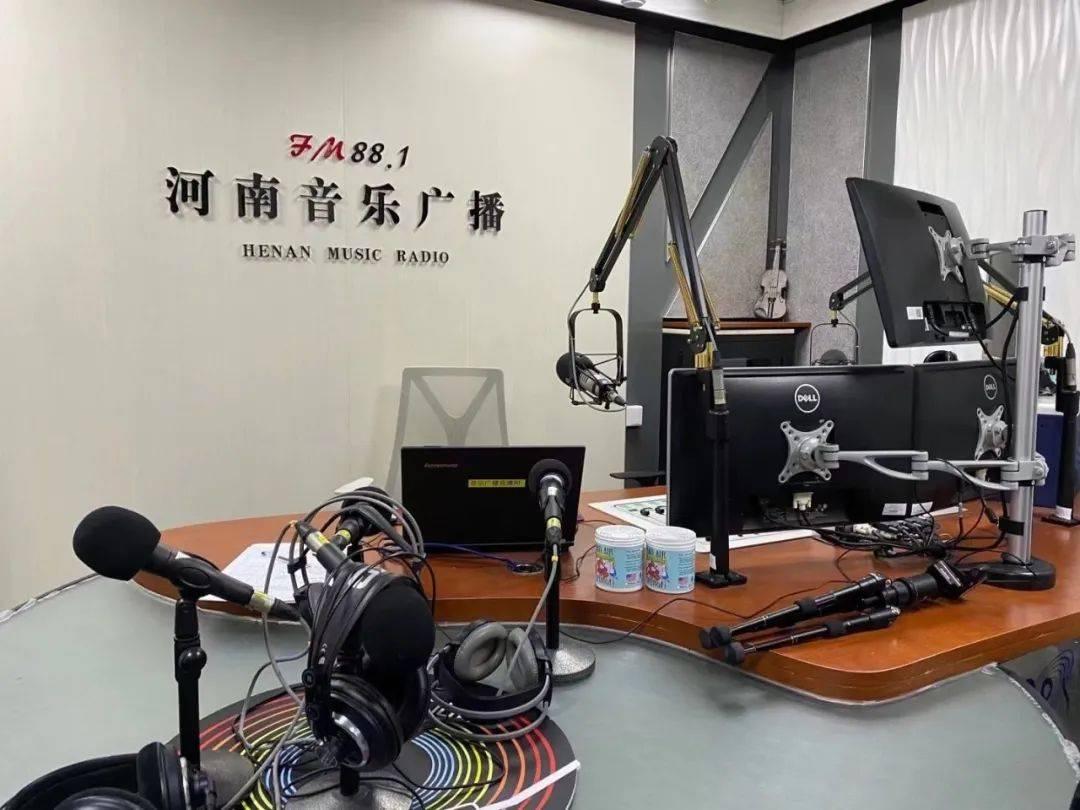 孔祥旗马卡龙做客河南音乐广播直播间精彩弹唱预热新年演唱会