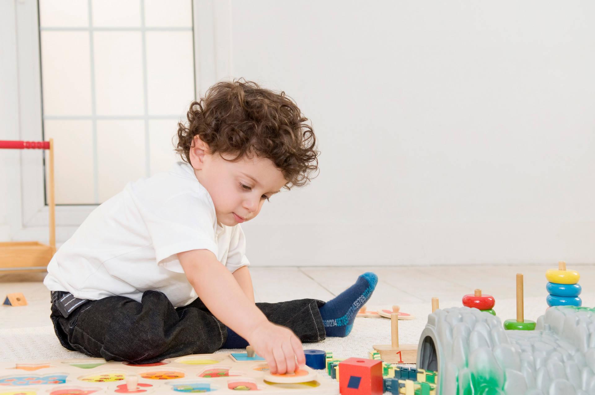 家长不要在原生孩子两岁前买一堆玩具,带孩子读好书,这样更容易培养学霸