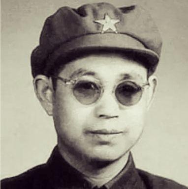 跨过鸭绿江电视剧中戴墨镜的将领是谁?