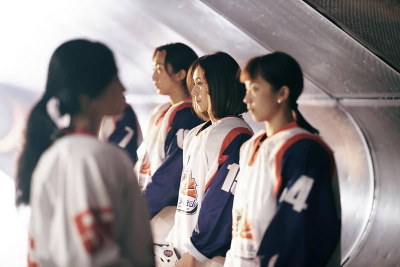 MV上演经典日剧《冰上恋人》 白安身穿10公斤比赛服冰场上汗流浃背