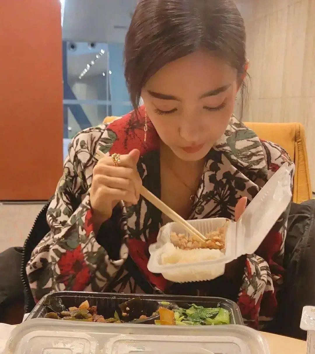 王丽坤吃盒饭太接地气,海带搭配小青菜,和普通人没区别