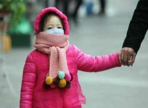 冬天给娃穿衣有讲究,当孩子身上三个部位热时,说明已经热坏了