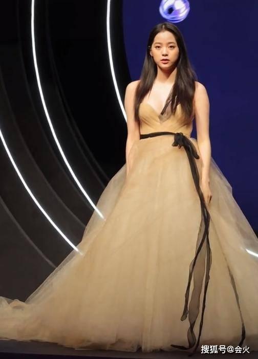 欧阳娜娜穿抹胸露背裙,胸前挂一根黑丝吊带,精修与现场照差距大