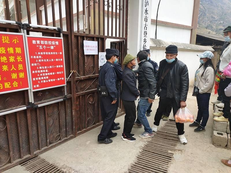 云南丽水:邓谷边防派出所尤雅派出所全程护送学生放学回家