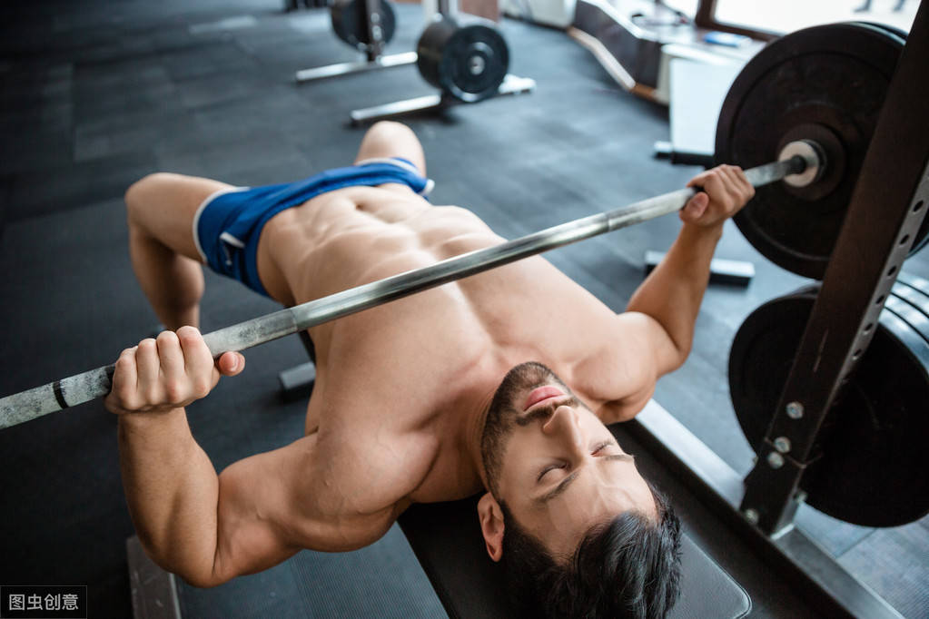 4个杠铃卧推技巧,让胸肌训练效果事半功倍!