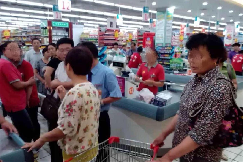 老人带5岁孙子逛超市,不断试吃草莓,被制止后娃怒吼:打死你