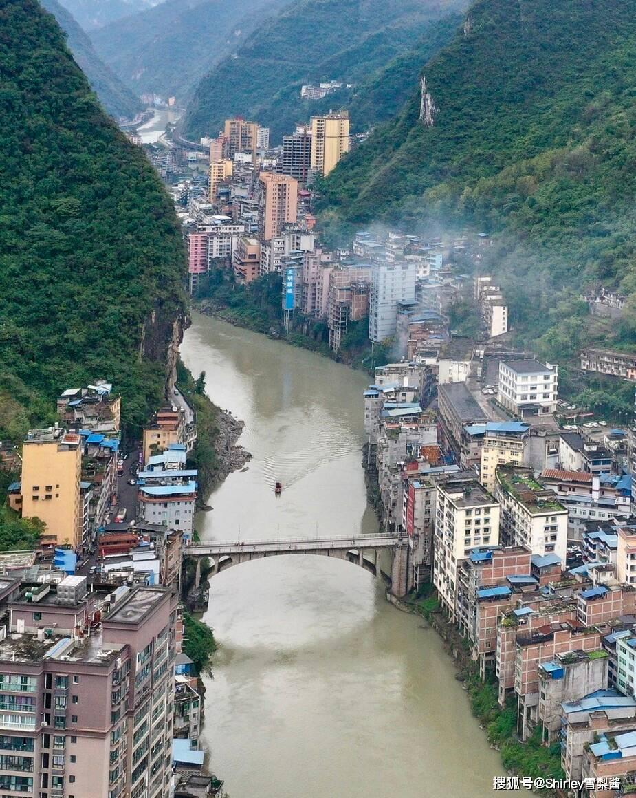 """我国最窄的县城,两侧建筑临崖绝壁,网友:这才是""""一线城市""""!"""
