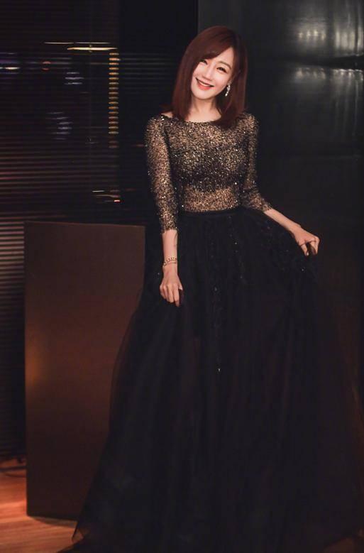 薛佳凝中年发福也很美,紧身亮片裙撑得圆鼓鼓,挡不住的女人味
