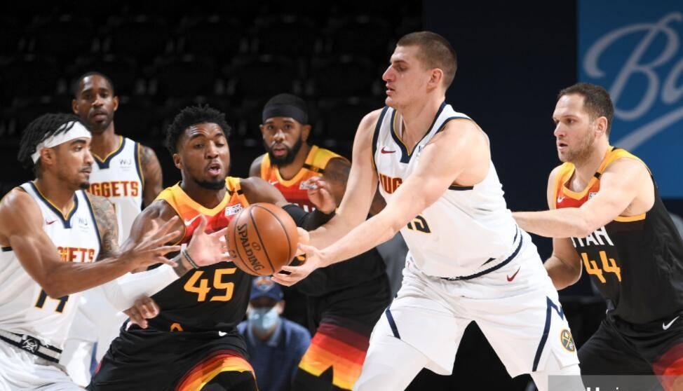 NBA常规赛迎来一场强强对话,西部第一的爵士队客场应战西部第四的掘金