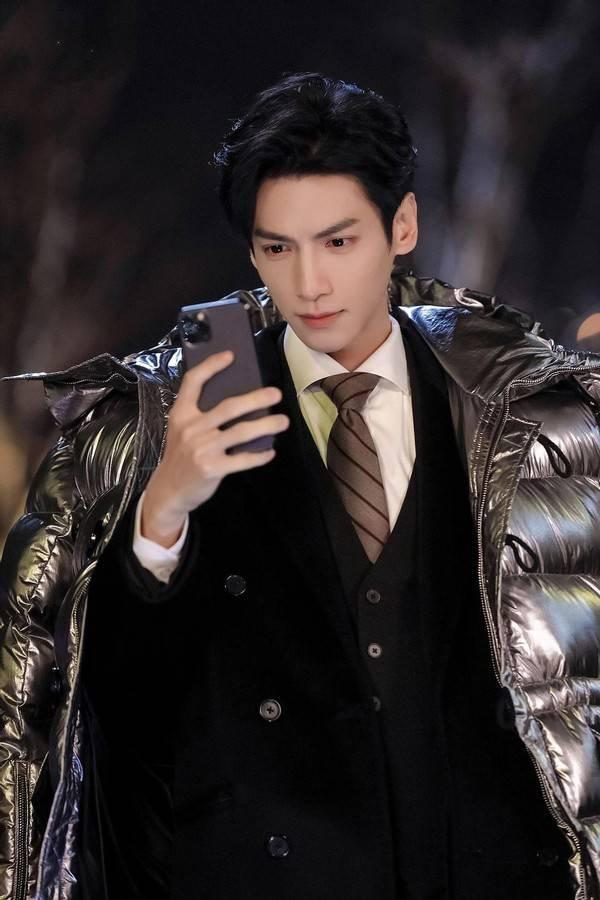 罗云熙古装扮相清俊飘逸,现代装却显瘦小,但他技能满点太圈粉了