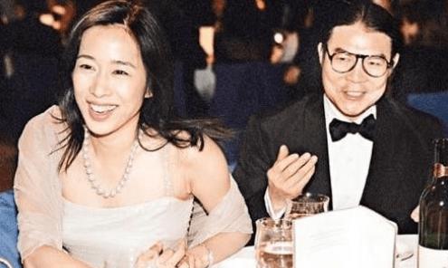 原来改嫁了一位亿万富翁,但她没有把霍的家庭财产分开,因为霍家有信托基金