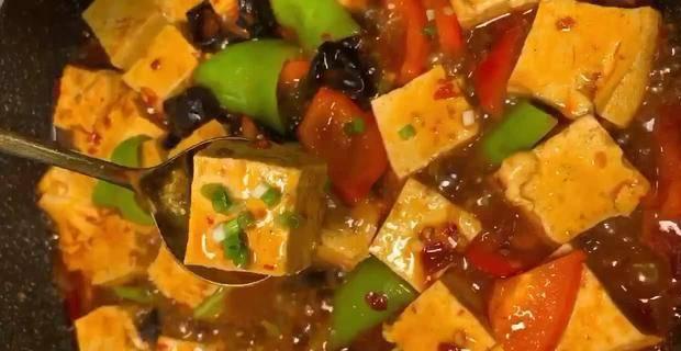 青椒木耳烧豆腐,香辣入味软嫩咸鲜,与米饭搭配特别香