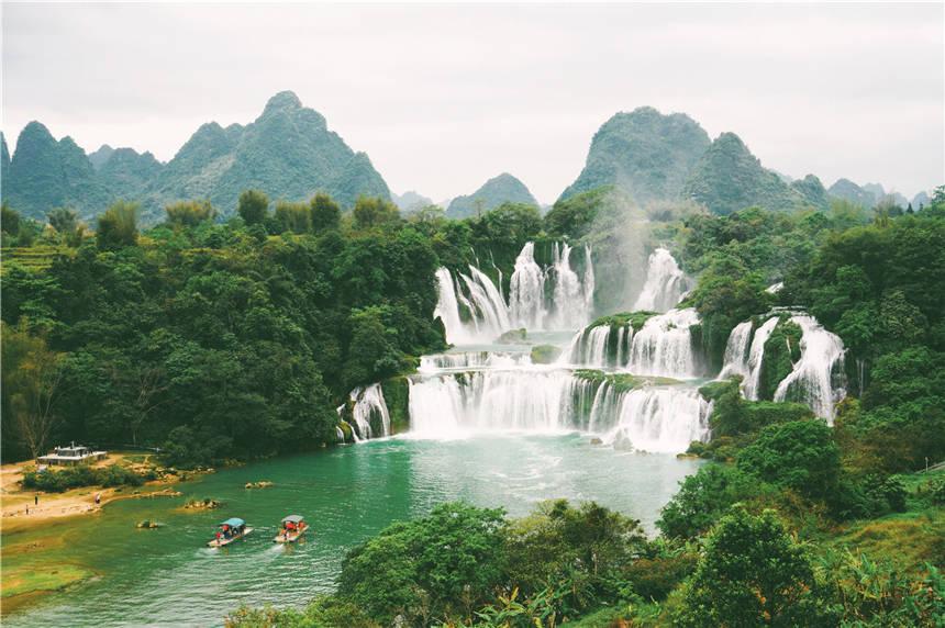 中越边境上的自然奇观,是花千骨的取景地,做生意的大部分是越南人