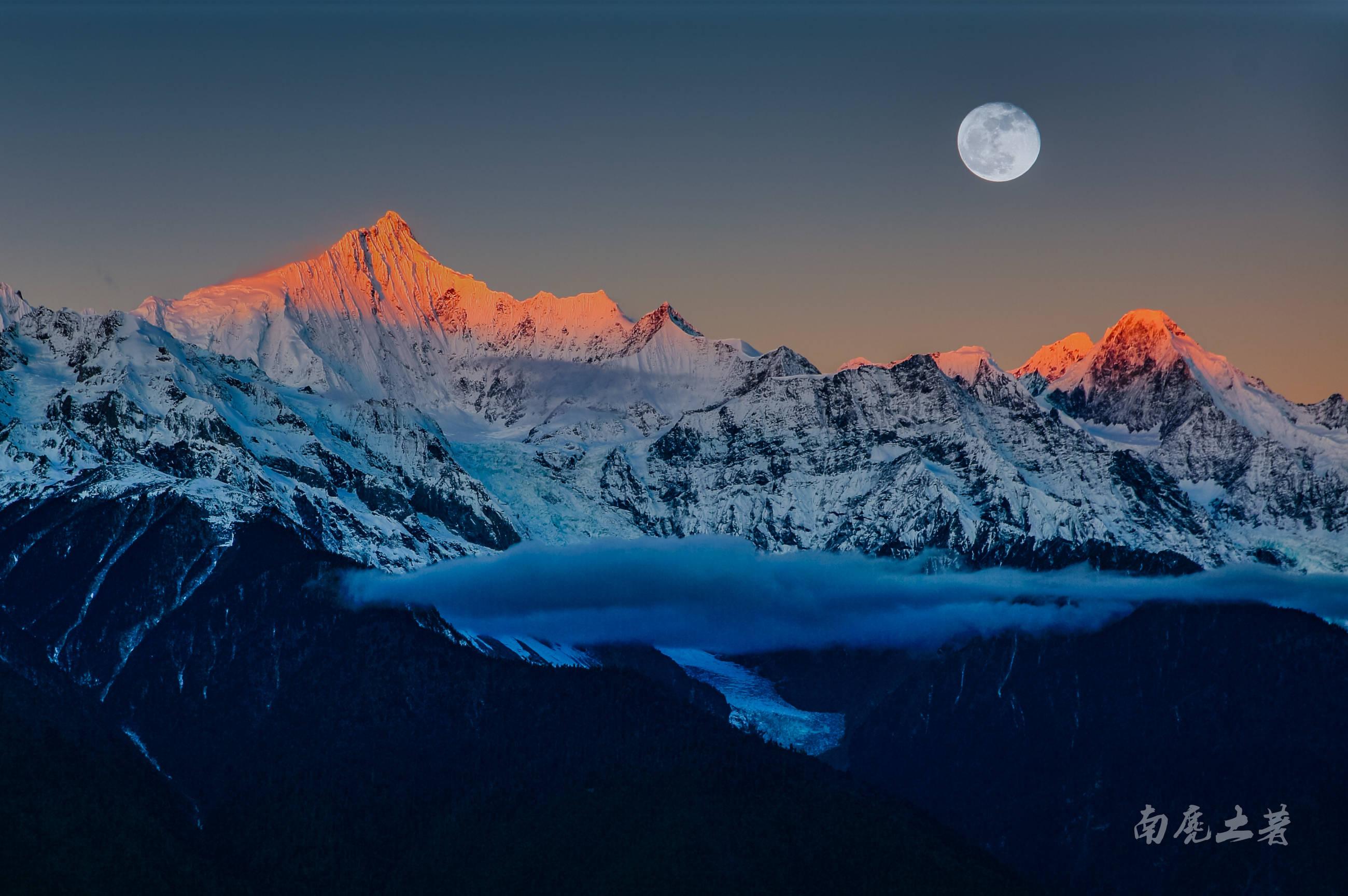 你想往的日照金山,这个观景台视野最好交通最方便,还是藏区八大神山之一